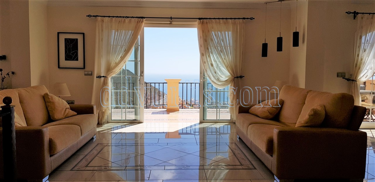 Fantastic independent 5-bedroom villa for sale in Torviscas Alto, Costa Adeje, Tenerife.
